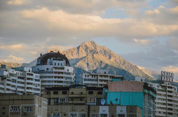 На фоне мой любимый Большой Алматинский Пик!