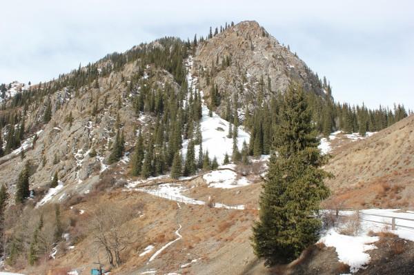 Скальный массив возле озера